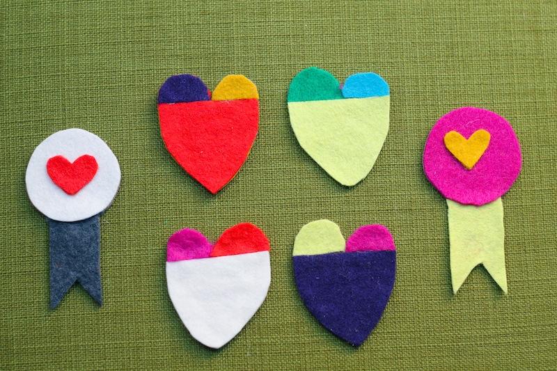 Varios pins de fieltro con forma de corazón o decorados con corazones